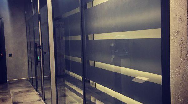 Офисные перегородки с плёнкой на стекле